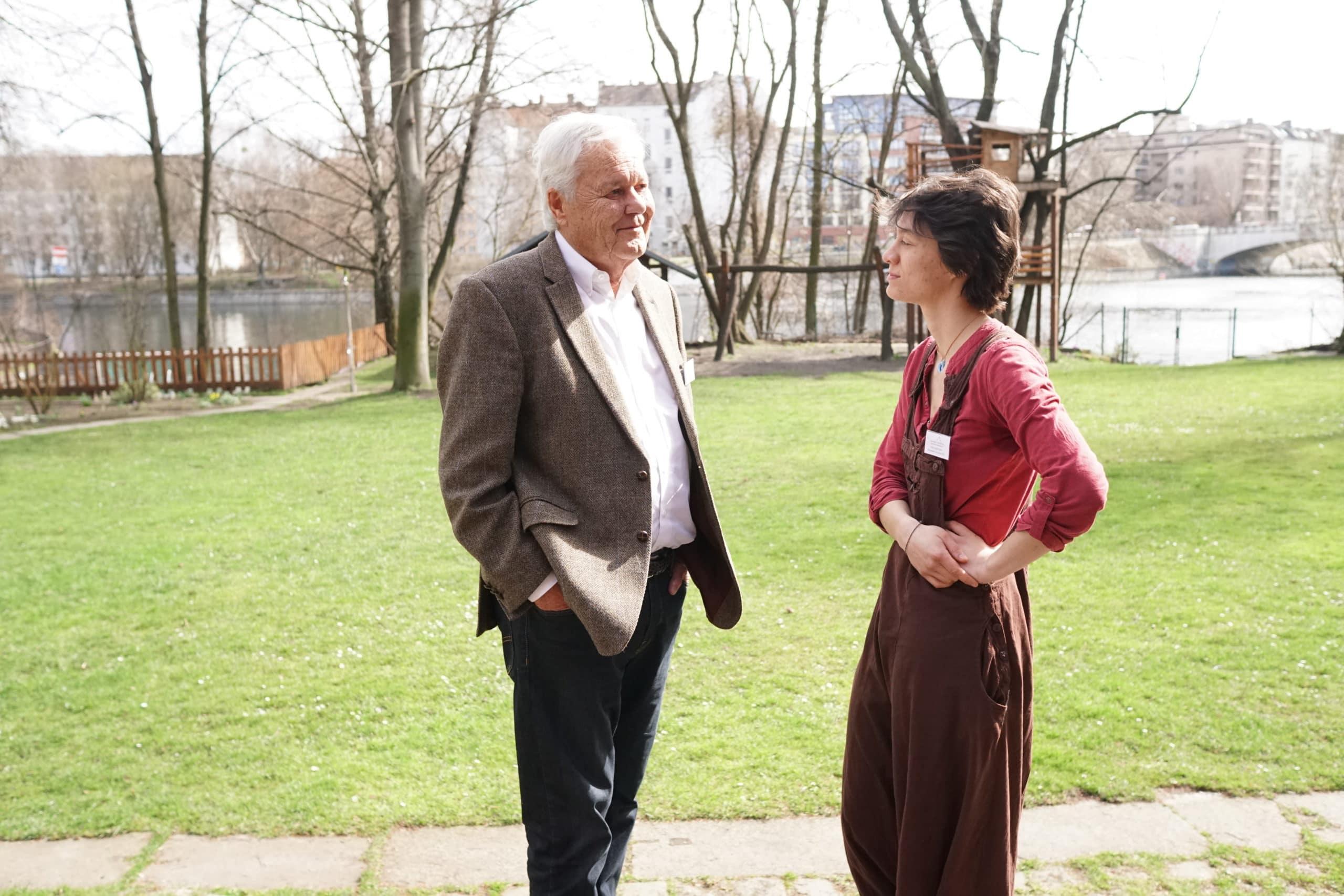 Peter Ackermann im Gespräch mit einer ehemaligen Stipendiatin