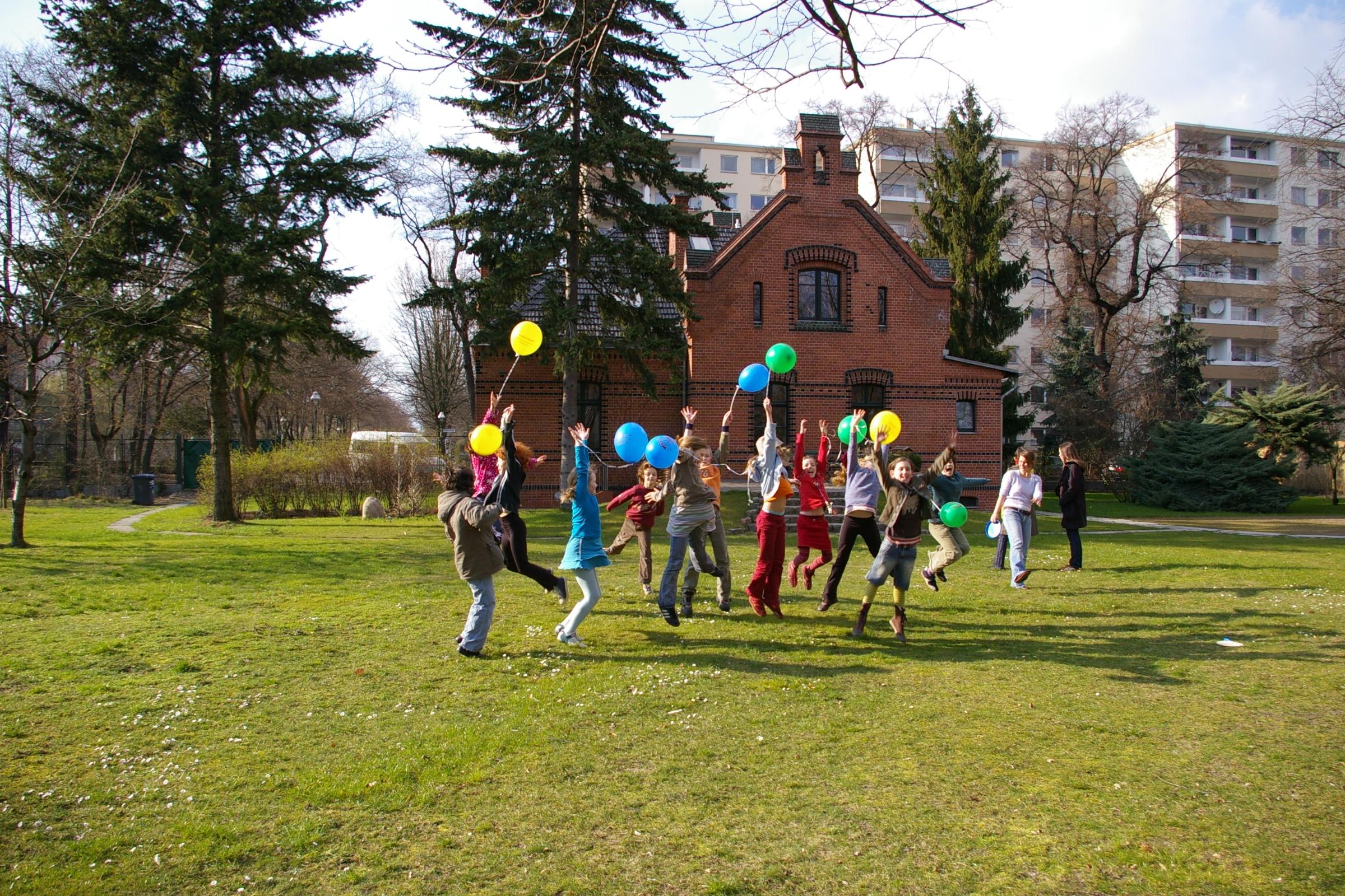 Kinder mit Luftballons im Stiftungsgarten