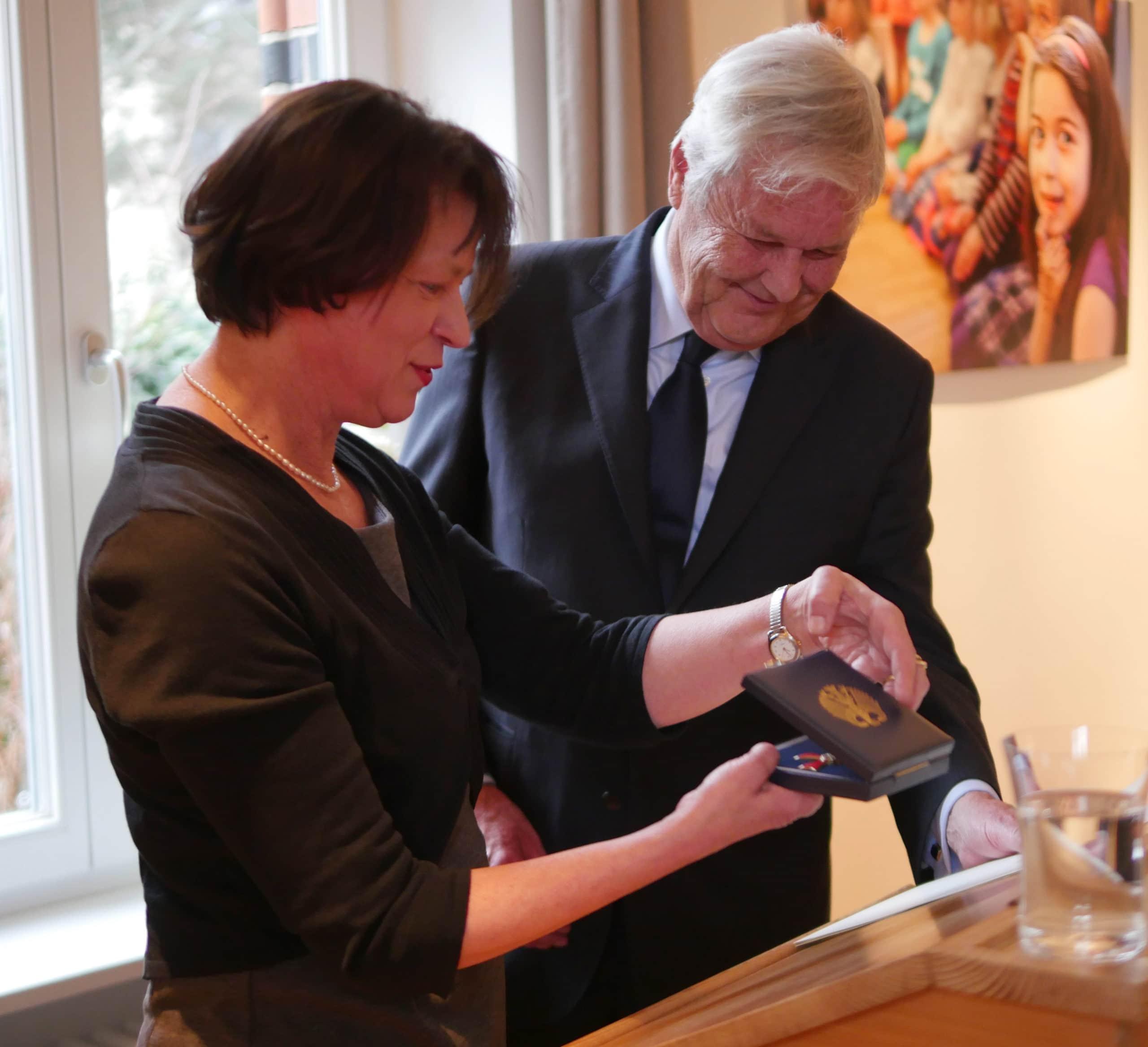 Bundesverdienstorden: Sigrid Klebba überreicht Ordensinsignien I