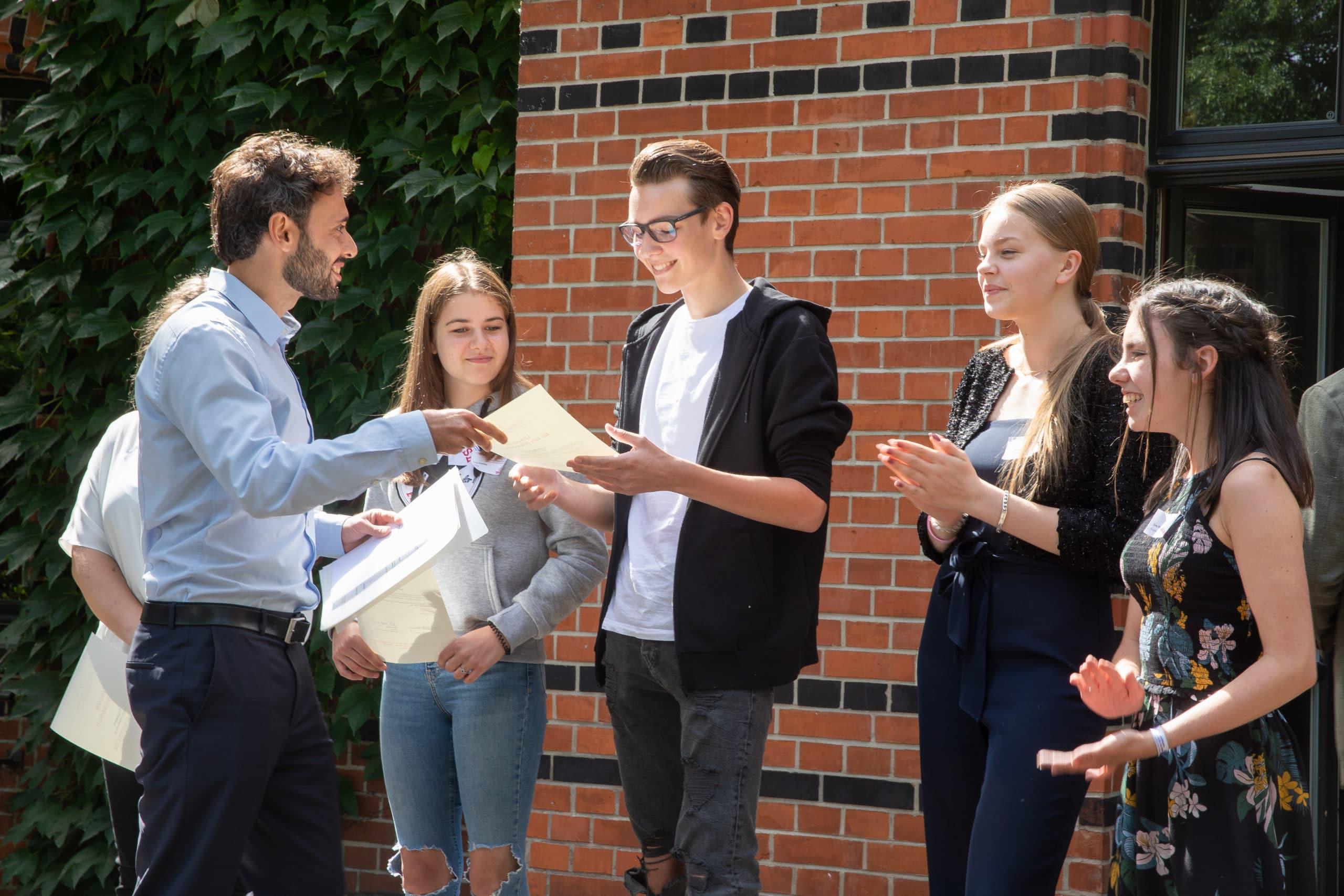 Felix Lorenzen überreicht Stipendienurkunden