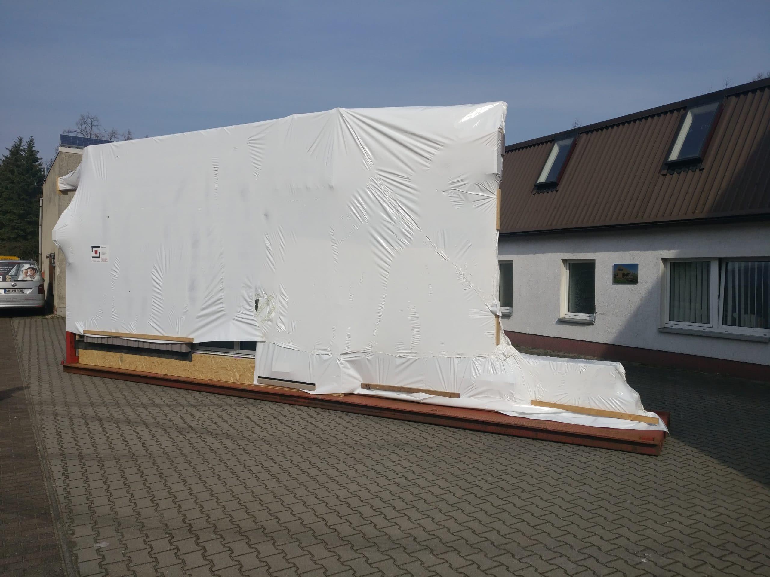 Kreuzberger Kinderstiftung Neubau Fassadenelement verpackt