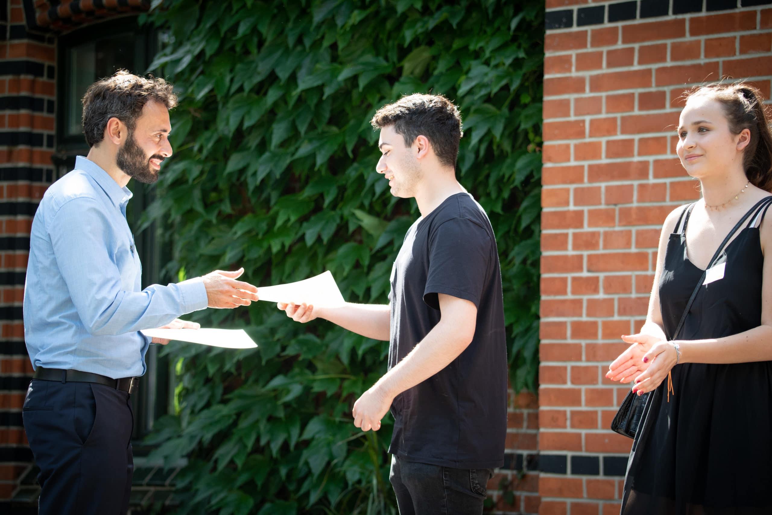 Felix Lorenzen überreicht Stipendienurkunden 2019 i