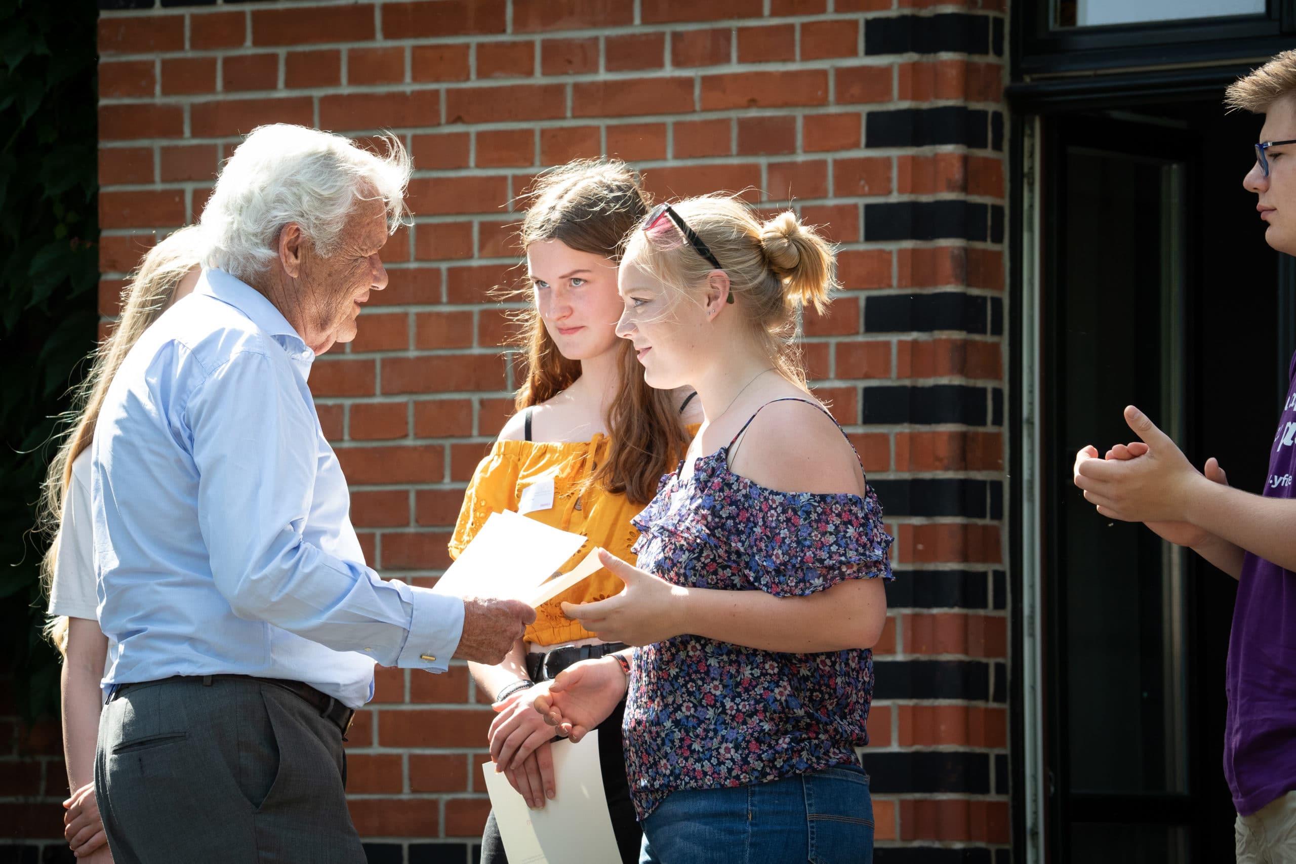 Peter Ackermann überreicht Stipendienurkunden 2019 ii