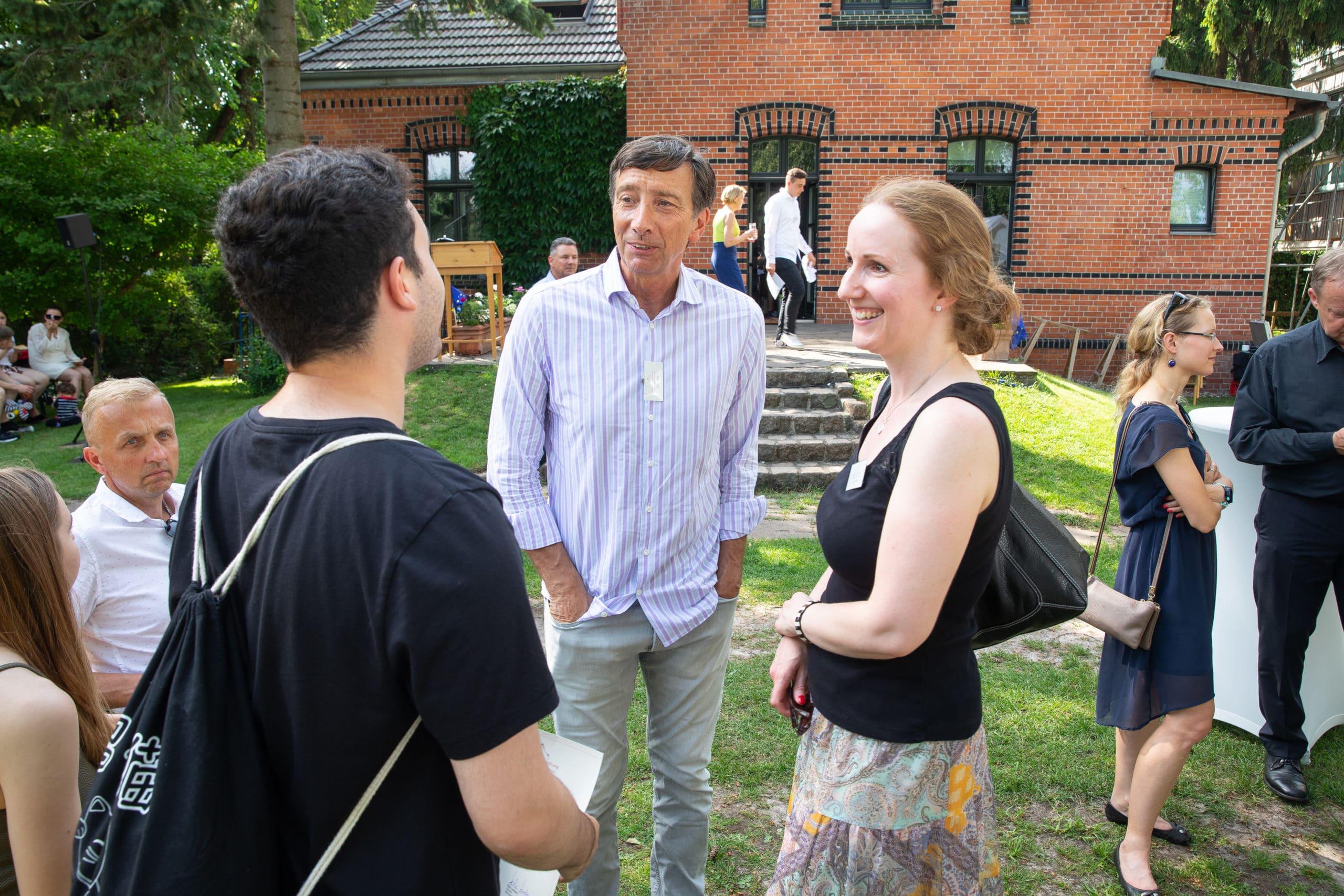 Knut Möller und Kim Tensfeldt im Gespräch mit einem Stipendiaten - Stipendienverleihung 2019
