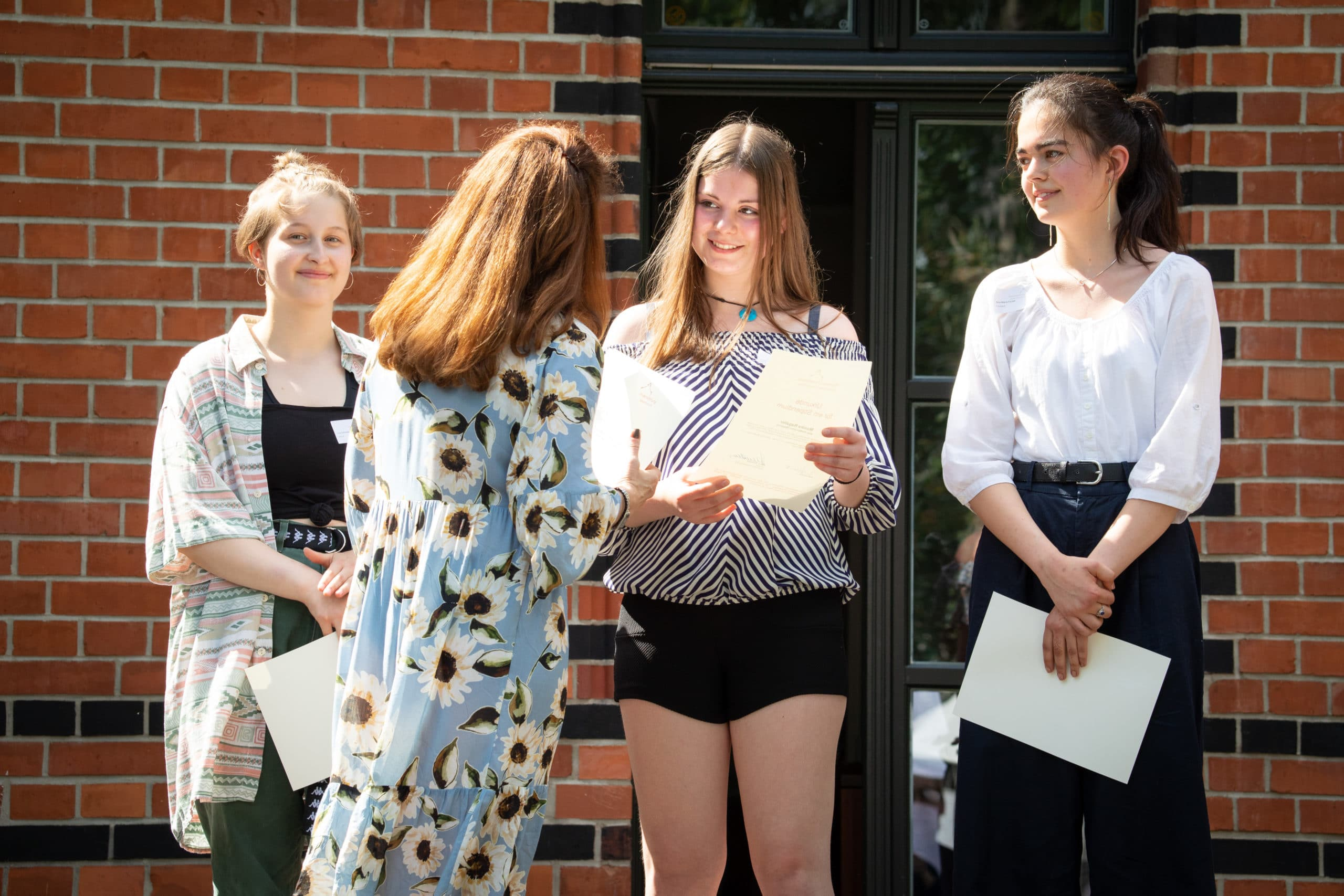 Spenderin überreicht Urkunde - Stipendienverleihung 2019